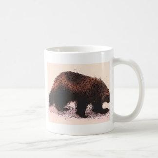 Wolverine camina en slope.jpg nevoso taza de café