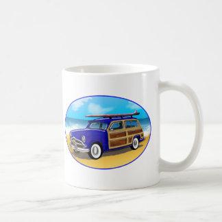 Woodie azul con la tabla hawaiana en la playa taza de café