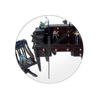 WorkersTeamworkToolsDesk052714.png Round Clock