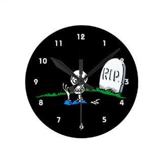 Worried skeleton grave RIP Round Wall Clocks
