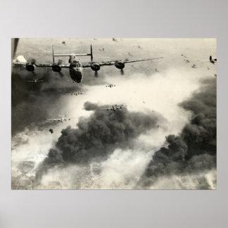 WWII B-24s sobre los campos petrolíferos de Ploest Posters