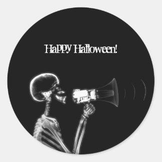 X-RAY SKELETON ON MEGAPHONE - B&W CLASSIC ROUND STICKER
