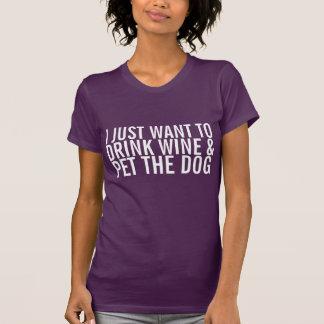 Y acaricie la camiseta del perro