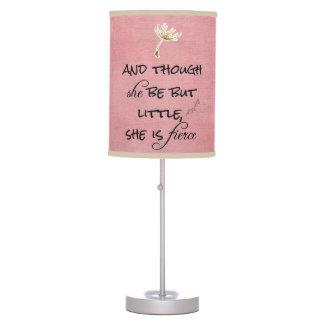 Y aunque ella sea pero poco, ella es cita feroz lámpara de mesa