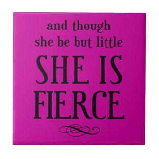Y aunque ella sea pero poco, ella es feroz azulejo cuadrado pequeño