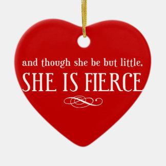 Y aunque ella sea pero poco, ella es feroz adorno