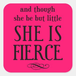 Y aunque ella sea pero poco, ella es feroz calcomanías cuadradass personalizadas