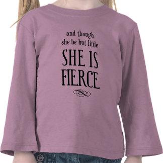 ¡Y aunque ella sea pero poco, ella es feroz! Camiseta