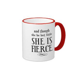 Y aunque ella sea pero poco, ella es feroz taza de dos colores