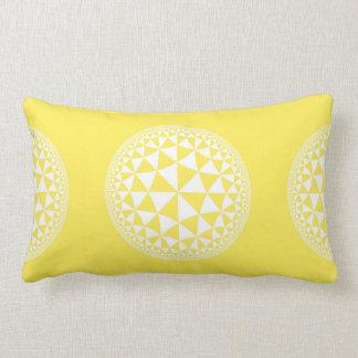 Y blanco mandala llenada triángulo amarillo cojín