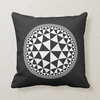 Y blanco mandala llenada triángulo negro cojín