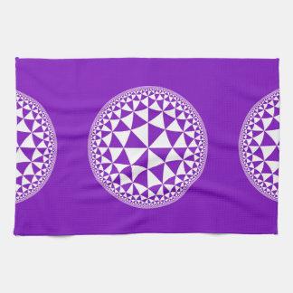 Y blanco mandala llenada triángulo púrpura toalla de mano