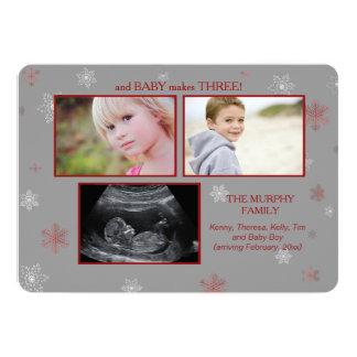 Y el bebé hace el embarazo Announcemen de tres Invitaciones Personalizada