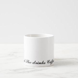 Y ella bebe el café taza espresso