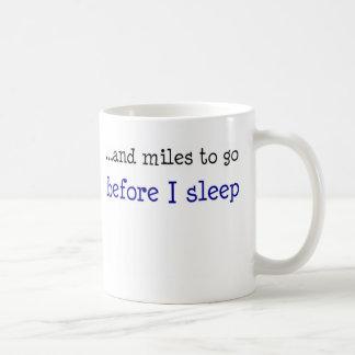 … y millas a ir antes de que duerma taza básica blanca