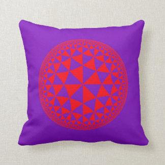 Y púrpura mandala llenada triángulo rojo cojín