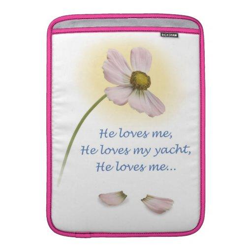 "YachTees_ que "" él me ama, él ama mi yate "" Fundas Macbook Air"