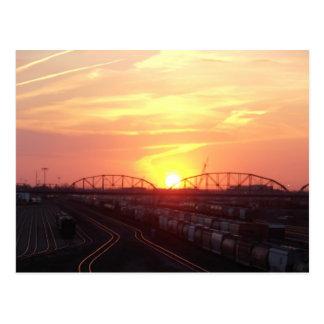 Yarda del tren en la puesta del sol tarjeta postal