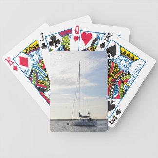 Yate amarrado en el amanecer baraja de cartas