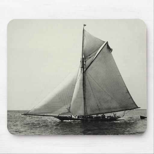 Yate de 1891 americanos en el mar mouse pads