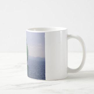 Yate que compite con taza básica blanca