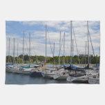 Yates blancos amarrados en el puerto deportivo toallas de cocina