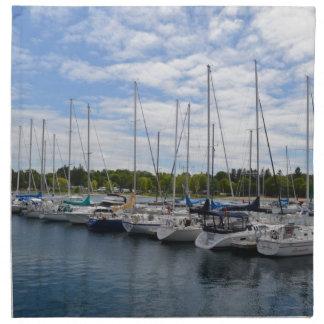 Yates blancos amarrados en el puerto deportivo servilletas de papel