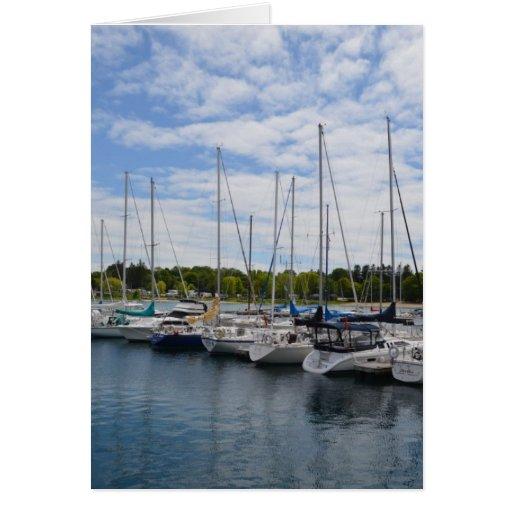 Yates blancos amarrados en el puerto deportivo tarjeton