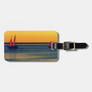 Yates en orilla australiana en la puesta del sol etiqueta para maleta