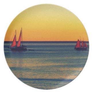 Yates en orilla australiana en la puesta del sol plato