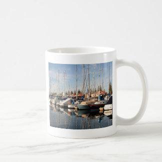 Yates y reflexiones en el agua, Australia Taza De Café