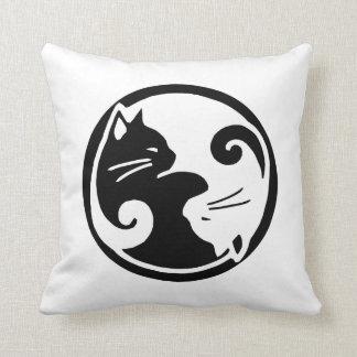 "Yin almohada de tiro de los gatos Yang 16x16"""