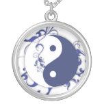 Yin azul y blanco y Yang Collares