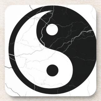 Yin blanco y negro y Yang Posavasos De Bebidas