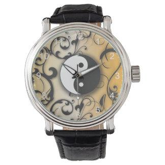 Yin negro y Yang en el fondo de bronce Reloj De Mano