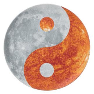 Yin que brilla intensamente y Yang Sun y placa del Plato Para Fiesta