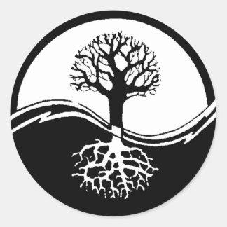 Yin y árbol de yang de la vida etiquetas redondas