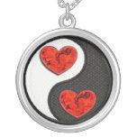 Yin Yang con los corazones ardientes rojos Joyería