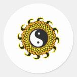 Yin Yang Sun trenzado Pegatina Redonda