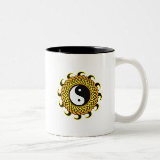 Yin Yang Sun trenzado Taza De Dos Tonos