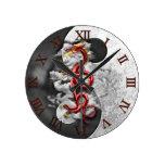 Yin Yang y dragón Reloj Redondo Mediano