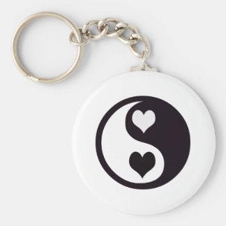 Ying y corazones blancos y negros de Yang Llavero Redondo Tipo Pin