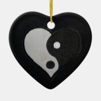 Ying Yang (productos del corazón de B&W) Adorno De Cerámica En Forma De Corazón