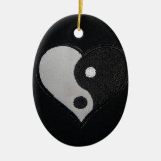 Ying Yang (productos del corazón de B&W) Adorno Ovalado De Cerámica