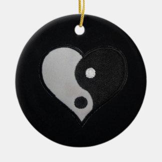 Ying Yang (productos del corazón de B&W) Adorno Redondo De Cerámica
