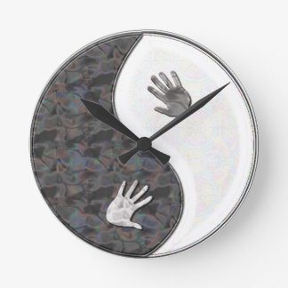 yinyang hands round clock