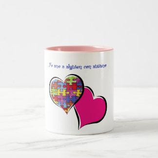 Yo amo a alguien con autismo taza de café de dos colores