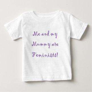 Yo y la momia son mono de las feministas playera de bebé