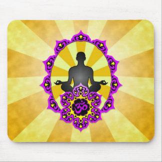 Yoga Aum de la meditación, púrpura y amarillo Tapetes De Ratones