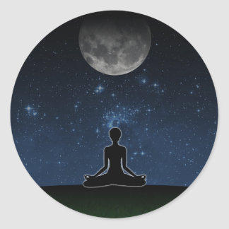 Yoga debajo de la luna pegatina redonda